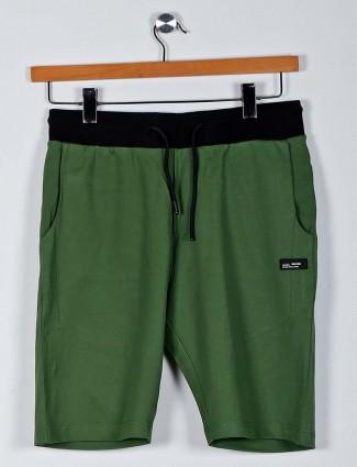 Chopstick solid green slim fit shorts