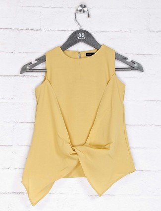 Deal presented solid mustard yellow top