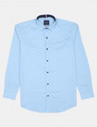 Flirt printed style sky tint slim fit shirt for men