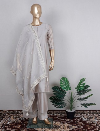 Grey pant suit in raw silk with contrast odhani